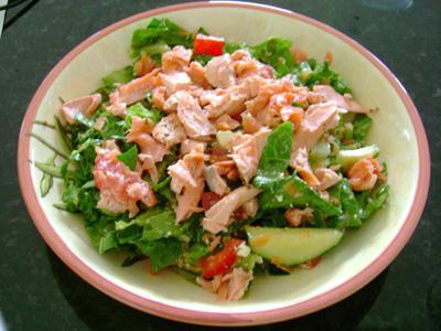 Как приготовить салат из консервы лосось. Салат с консервированным лососем. Необычно, но вкусно