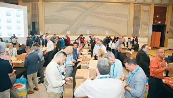 «الهلال» يرعى تجهيز 3440 طرداً غذائياً في دبي