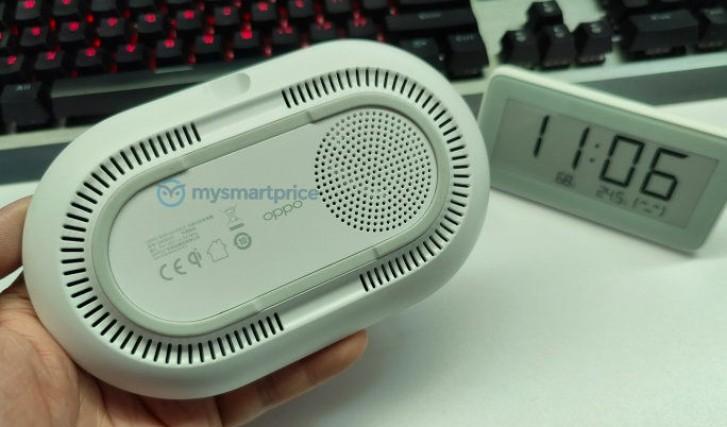 Pengisi daya nirkabel Oppo 40W AirVOOC terlihat di tangan