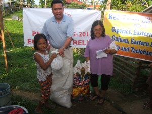 Dale Asis and Evelyn Castillo distributing food to street children