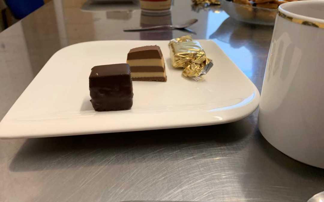 Wo die Weihnachtsbäckerei schon begonnen hat: Abgeordnete besuchen Schokoladenmanufaktur in Altfraunhofen