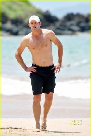 Brooklyn Decker wanders down to the beach in Hawaii to watch husband Andy Roddick on his morning run