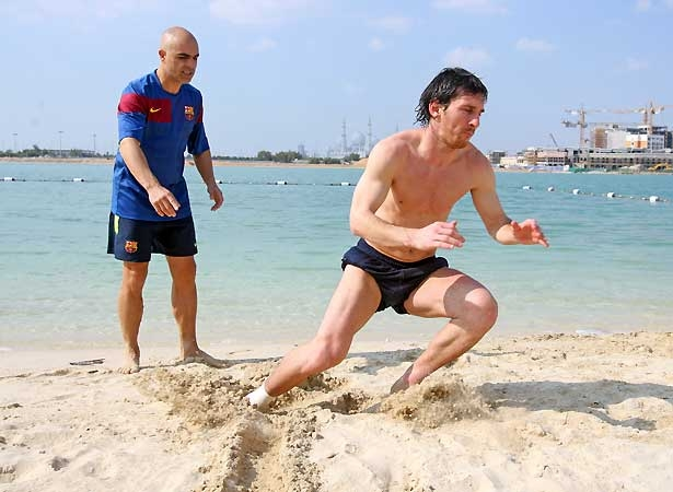 Lionel Messi Shirtless Training at Abu Dhabi beach (5/6)