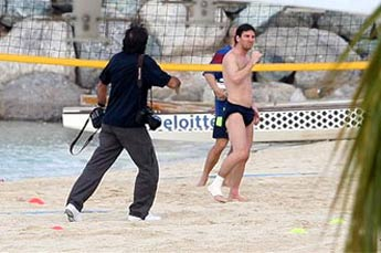 Lionel Messi Shirtless Training at Abu Dhabi beach (1/6)