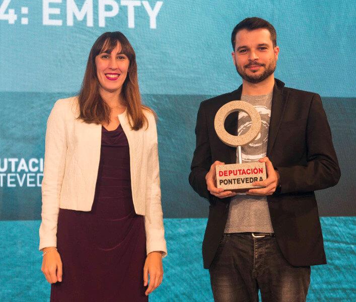 Carlos Morales recogiendo el segundo premio de la mano de Ana Laura Iglesias
