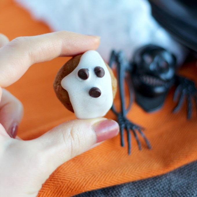 "Almond Butter ""Boo"" Bites - sweet little bites of pumpkin and almond butter are topped with coconut butter and chocolate chip ""ghosts!"" Try these for Halloween! 