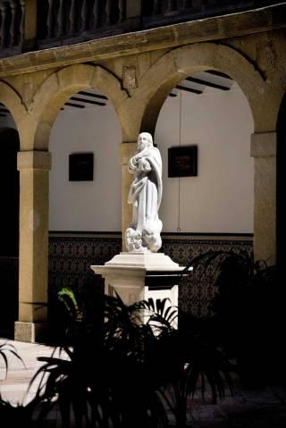 Escultura de la Inmaculada Concepción en el claustro