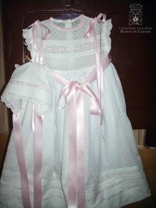 Vestido blanco de lazos rosa
