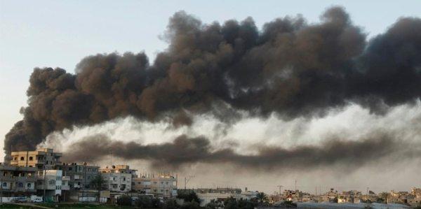 El humo se levanta luego de un ataque aéreo israelí en la Franja de Gaza el 28 de diciembre de 2008 durante la Operación Plomo Defensivo.  Crédito por la imagen Amir Farshad Ebrahimi