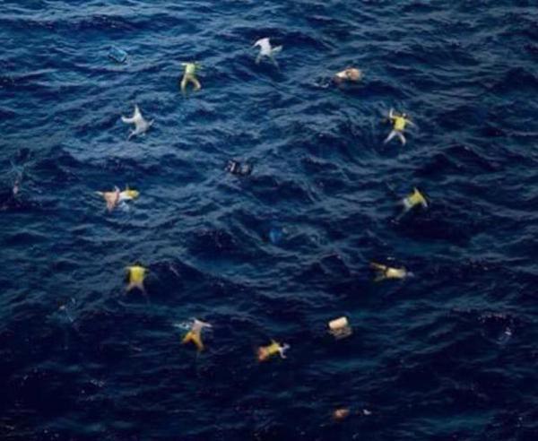 """""""La Unión Europea"""" por Banksy, el popular y satírico artista callejero inglés. Europa se enfrenta a una crisis migratoria, producto de la desesperación de millones de sirios que buscan refugio en Europa. Arriesgándolo todo, familias enteras emprenden la peligrosa travesía por el Mediterráneo en embarcaciones precarias o sobrecargadas. En tanto la tardía reacción de los europeos ha levantado criticas por doquier, pocos critican a los países del golfo Árabe, que ciertamente podrían estar haciendo mucho más. Crédito por la imágen: Banksy (Facebook)."""