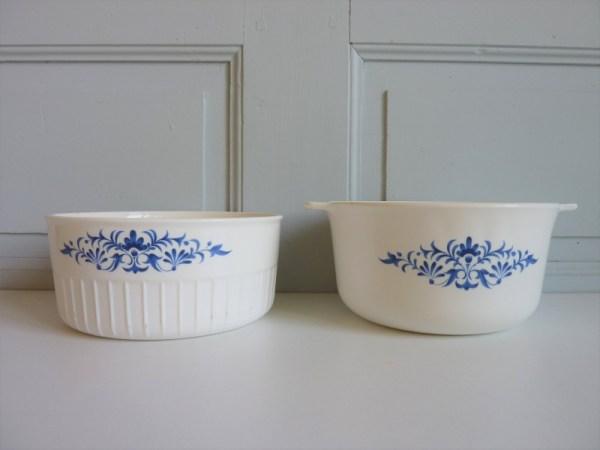 Plat à soufflé blanc décors fleurs bleues Sovirel France
