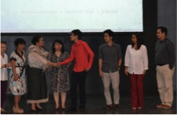 Mrs Bakker shaking hands with Angelo A. Cortez, one of the two FOFI Scholars. In the picture are (L- R): Mrs. Cecille Dinglasan, Dr. Asuncion Raymundo, IBS Director, Dr. Nina Cadiz, Dan Jacob Resurreccion, Dr. Vachel Paller, and IBS Deputy Director, Dr. Juan Carlos Gonzales.