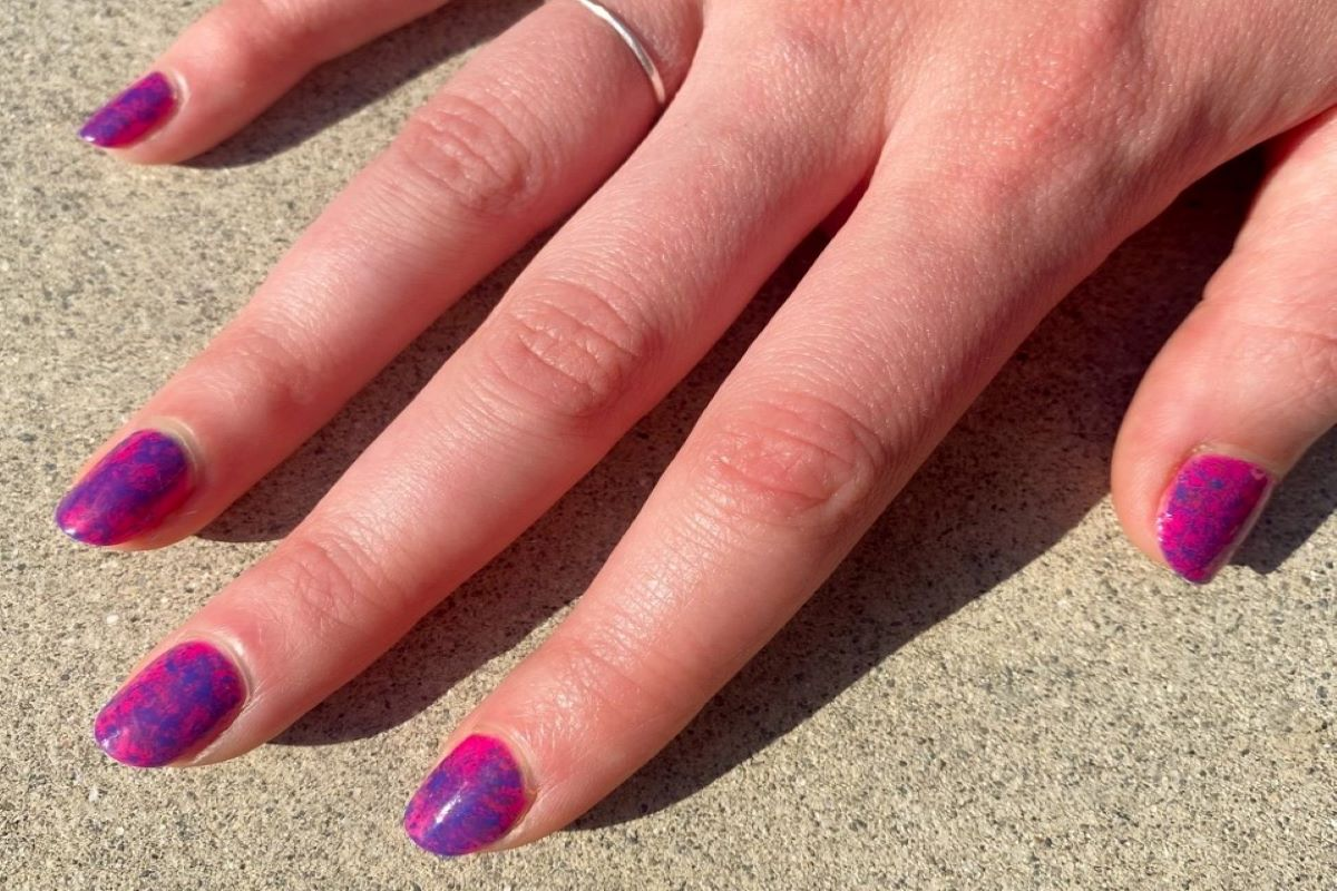 @hollyfalconenails is showing a spatter nail design using ZOYA EasyNeon shades Echo and Janie.