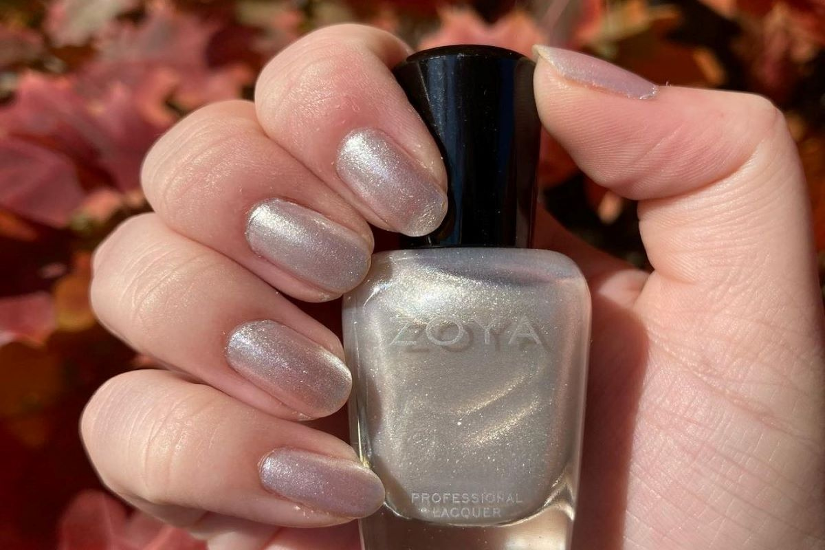@weeklynail_ is wearing ZOYA Ginessa on her nails and holding the ZOYA bottle.