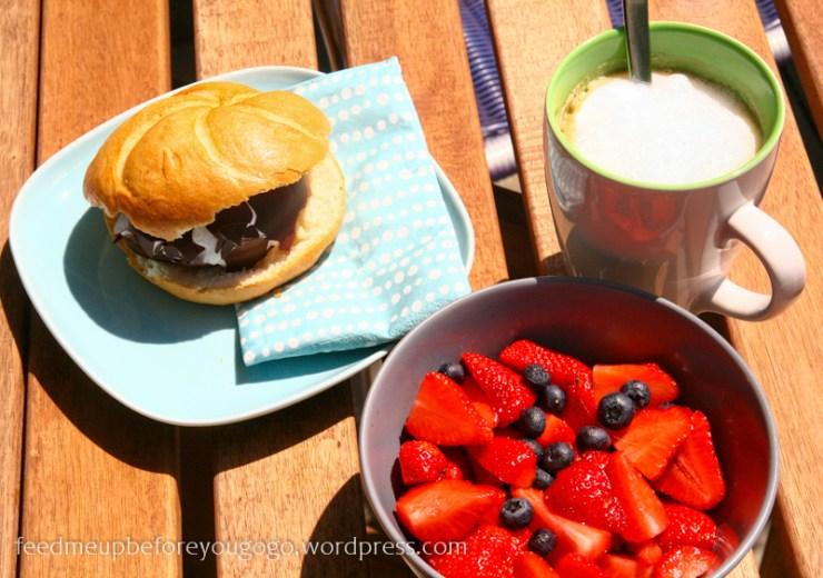 Schokokussbrötchen, Obst und Kaffee