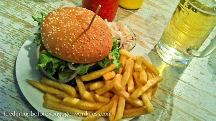 Burger und Pommes im Burgeramt Berlin