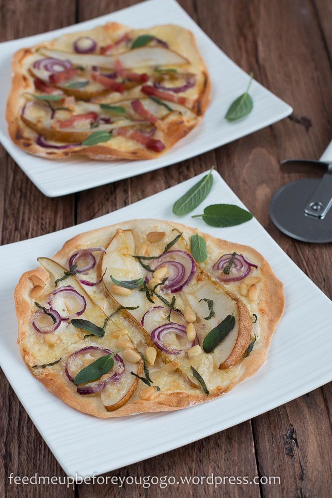 Flammkuchen mit Birne, Salbei und Bergkäse vegetarisch und mit Speck Rezept-1