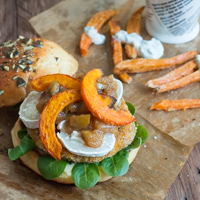 Vegetarischer Herbstburger mit Kürbis und Ziegenkäse