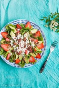 Spargelsalat mit Erdbeeren, Avocado, Pekannüssen und geröstetem Knoblauch Rezept
