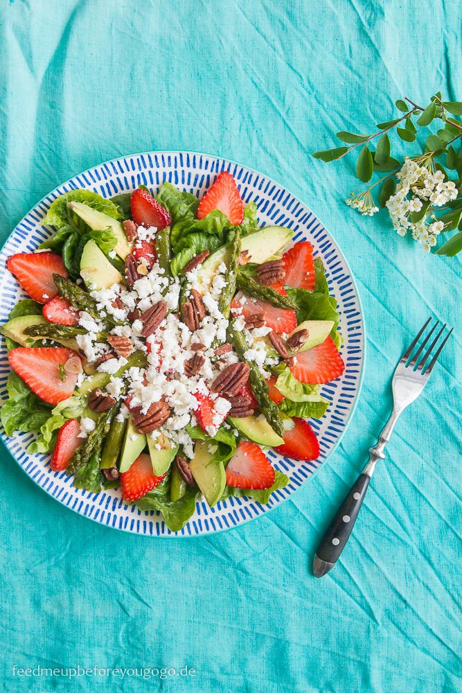 Salat mit grünem Spargel, Erdbeeren, Avocado, Feta, Pekannüssen und geröstetem Knoblauch Rezept Feed me up before you go-go