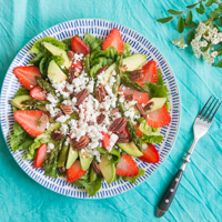 Spargelsalat mit Erdbeeren, Avocado, Pekannüssen & geröstetem Knoblauch
