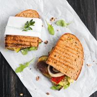Antipasti-Sandwich mit Zitronen-Basilikum-Aioli