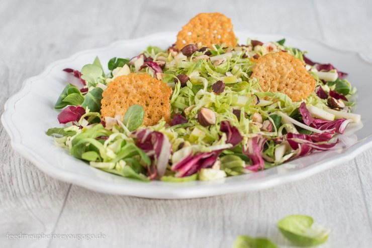 Winterlicher Salat mit rohem Rosenkohl, Apfel, Hasenluessen und Parmesanchips Rezept