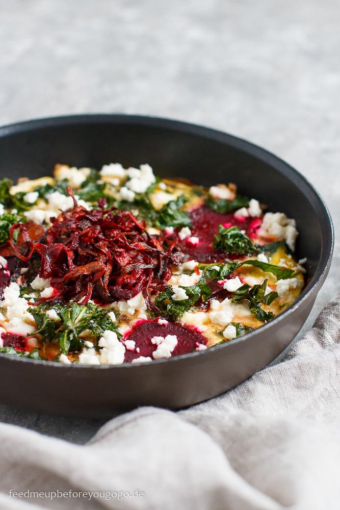 Der Winter kann auch Farbe: Topinambur-Frittata mit Grünkohl und Roter Bete