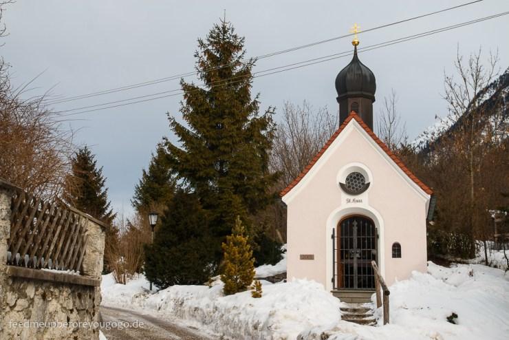 Kirche in Farchant Bayern im Schnee