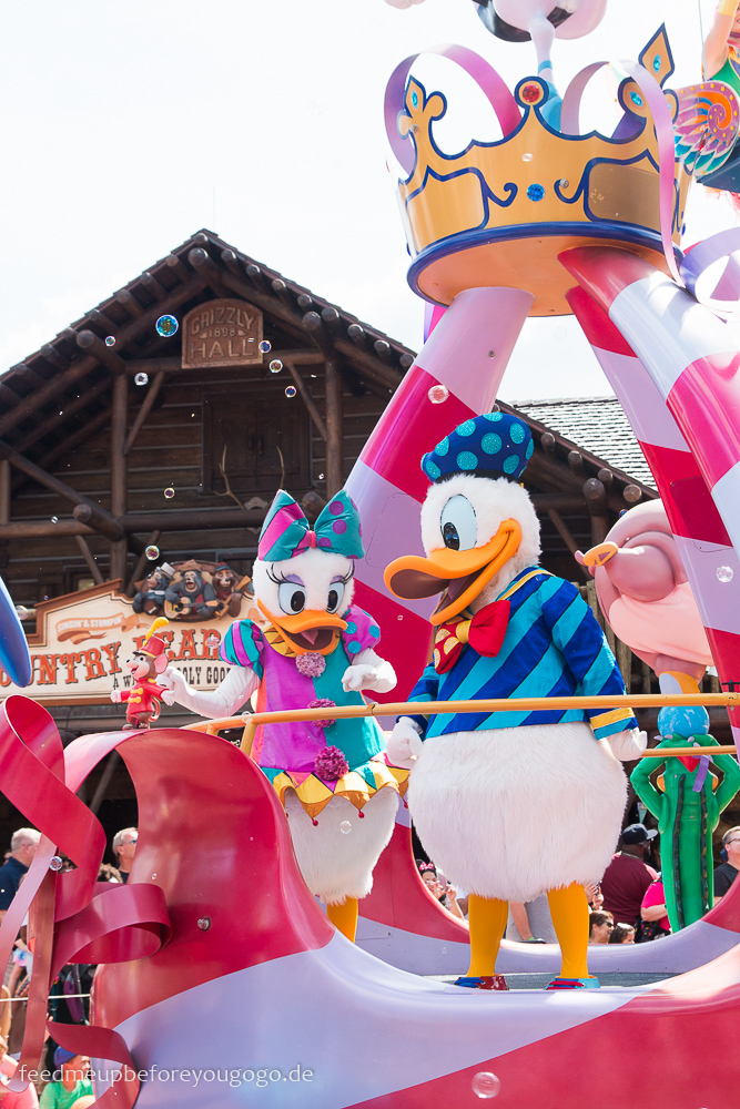 Donald Duck und Daisy bei Parade im Magic Kingdom Walt Disney World Orlando Florida