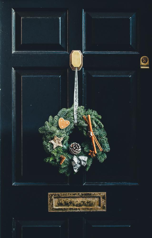Haustür mit Weihnachtskranz Foto von Annie Spratt