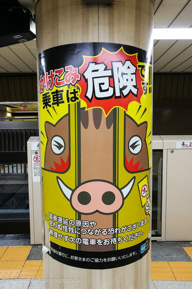 Hinweisschild in der Metro, Tokio Basics für die Reiseplanung. Tipps für Reise nach Japan