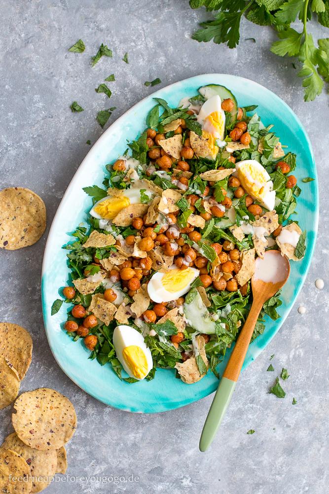 Kichererbsen-Tahini-Salat mit Tortillachips und Ei Rezept