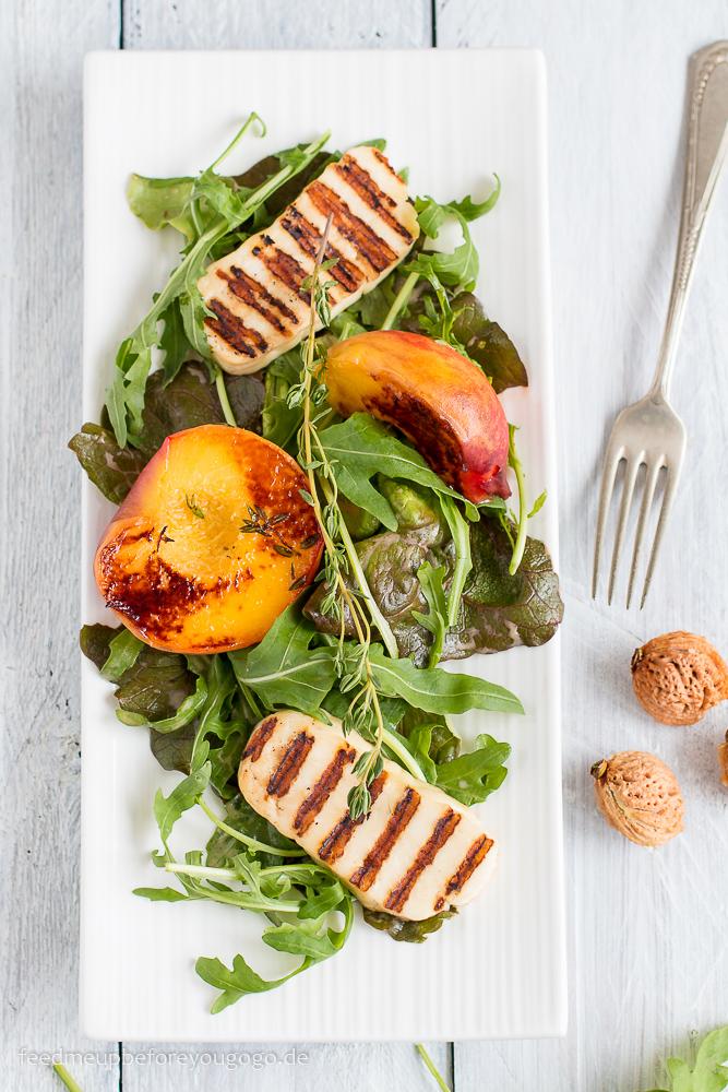 Salat mit gegrillten Thymian-Pfirsichen und Halloumi Rezept