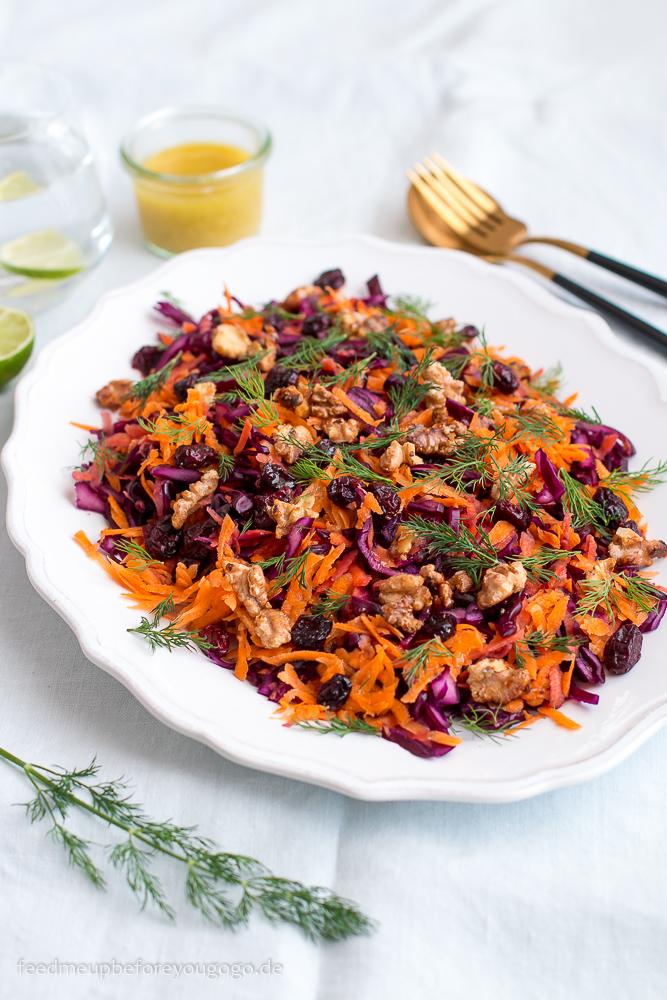 Rotkohl-Möhren-Salat mit karamellisierten Walnüssen, Cranberrys und Dill Rezept