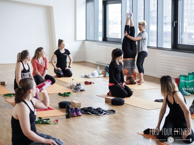 Instagram Bloggertreffen von FEED YOUR FITNESS Yoga Kopstand