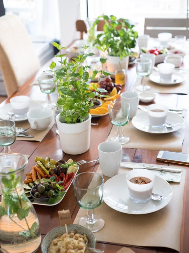 Gedeckter Tisch beim veganen Frühstück auf feedyourfitness.de