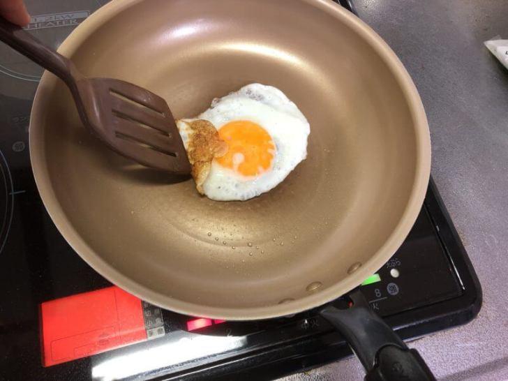 エバークックのフライパンで目玉焼きをつくる
