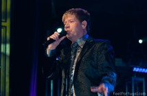 Roberto Leal singing on stage