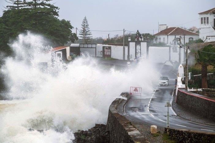 Agitação marinha provocada pelo furacão