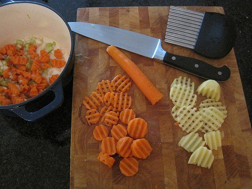 how to use a crinkle cutter
