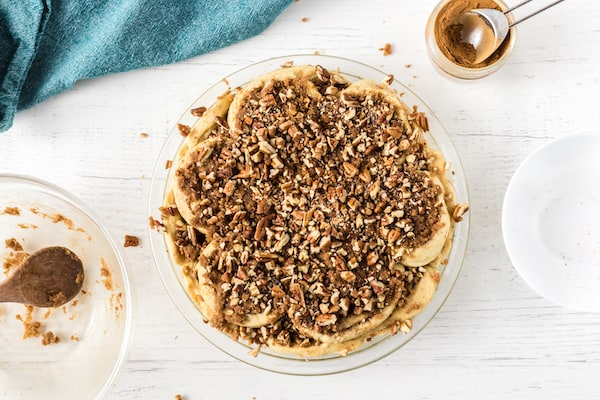 cinnamon roll pie topping