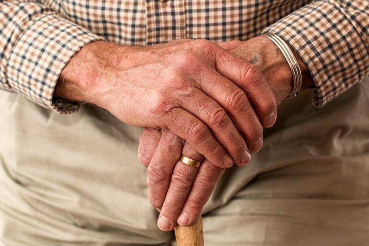"""Symbolbild """"Älter werden"""": 2 Hände eines älteren Menschen in Nahaufnahme"""