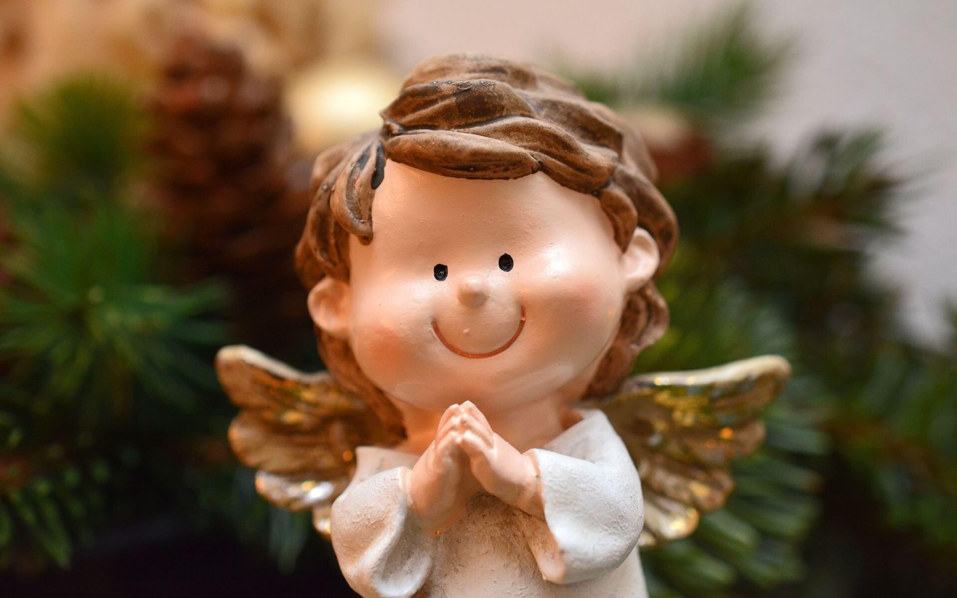 Weihnachtsengel, der sich freut.