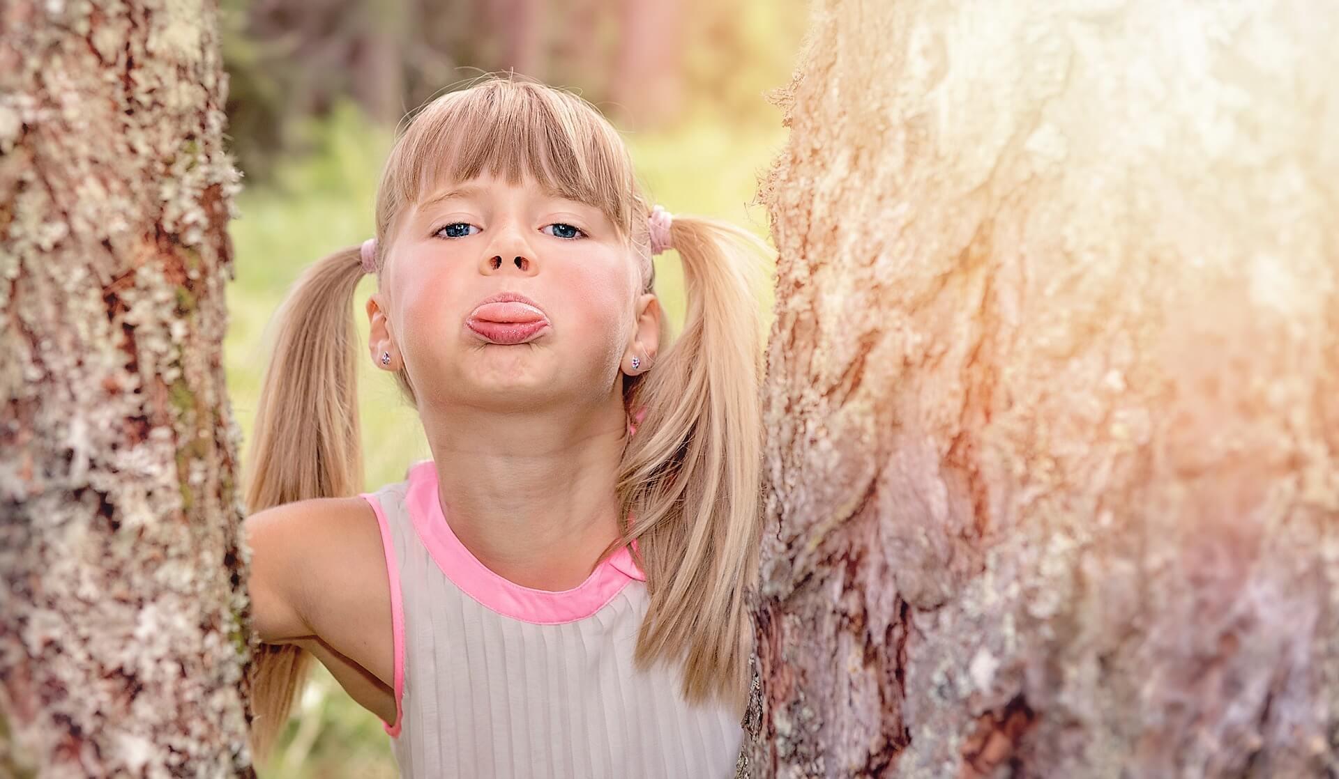 Kind, dass die Zunge herausstreckt