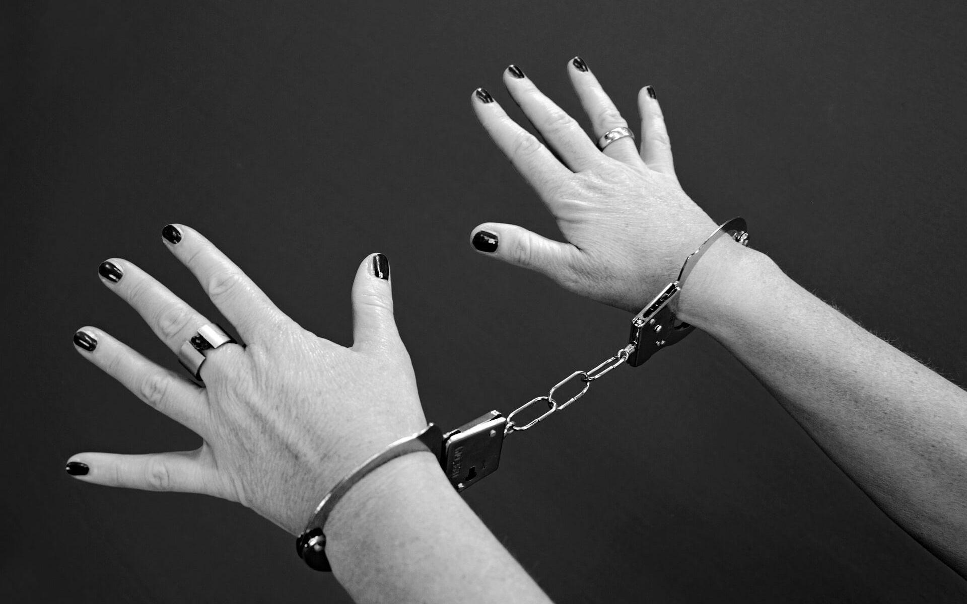 Symbolbild: Die Sünde - davor und danach: Handschellen an Händen