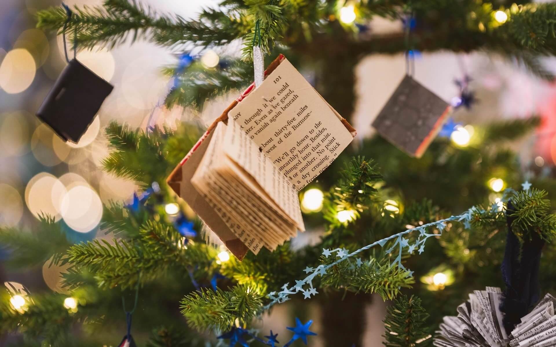 Weihnachten. Baum mit Bibeln