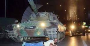 Darbe, tankın önüne yatarak atlatıldı