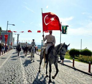 9 Eylül: Süvariler İzmir Kordonboyu'nda...