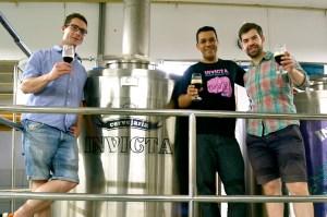 Gruppenbild vor der Invicta Brewery nach dem Gemeinschaftssud zwischen Brussels Beer Project, Invicta, Bierfabrik